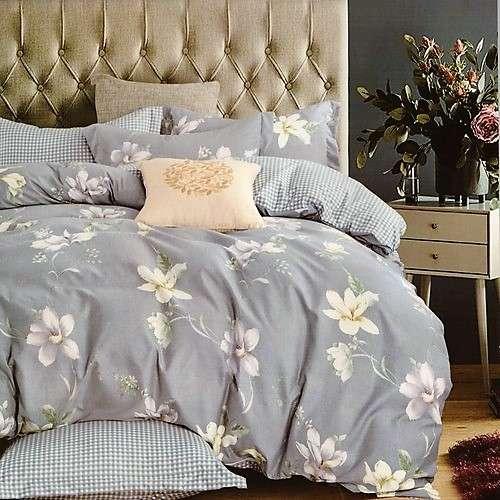 kék alapon virágok és kockás minta ágynemű